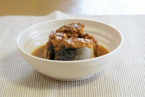 サバの味噌煮缶詰盛り付け
