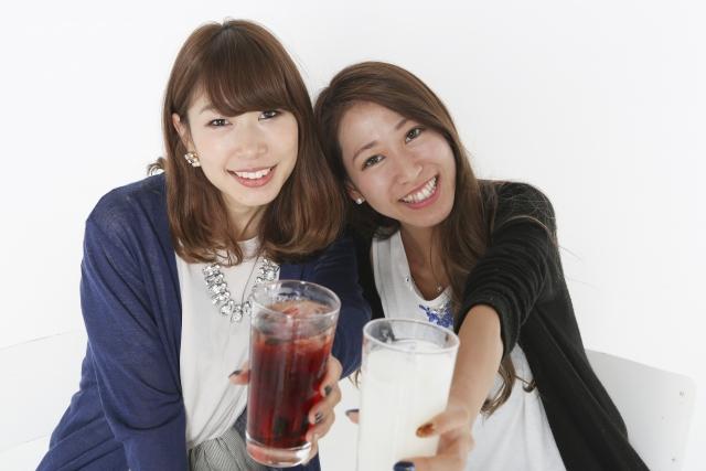 スナックで女性が乾杯しているイメージ