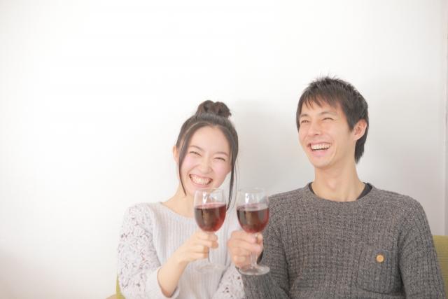 楽しくお酒を飲んでいるイメージ